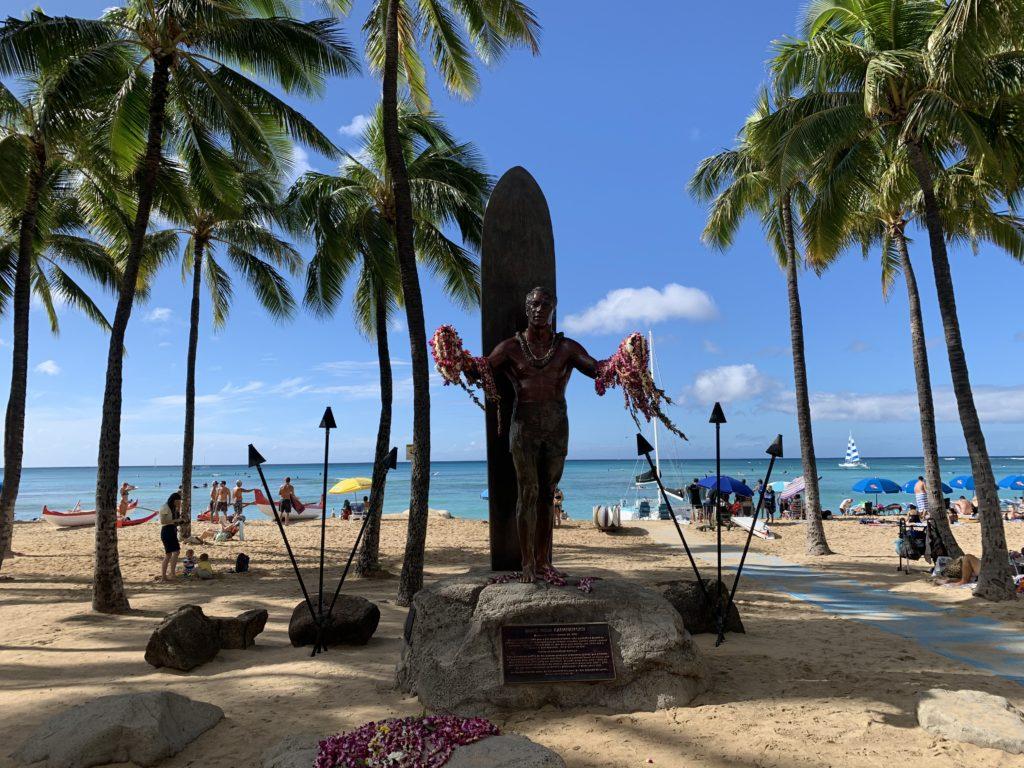 Waikiki_Beach_with_Duke_Paoa_Kahanamoku_Statue